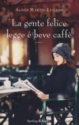 La gente felice legge e beve caffè